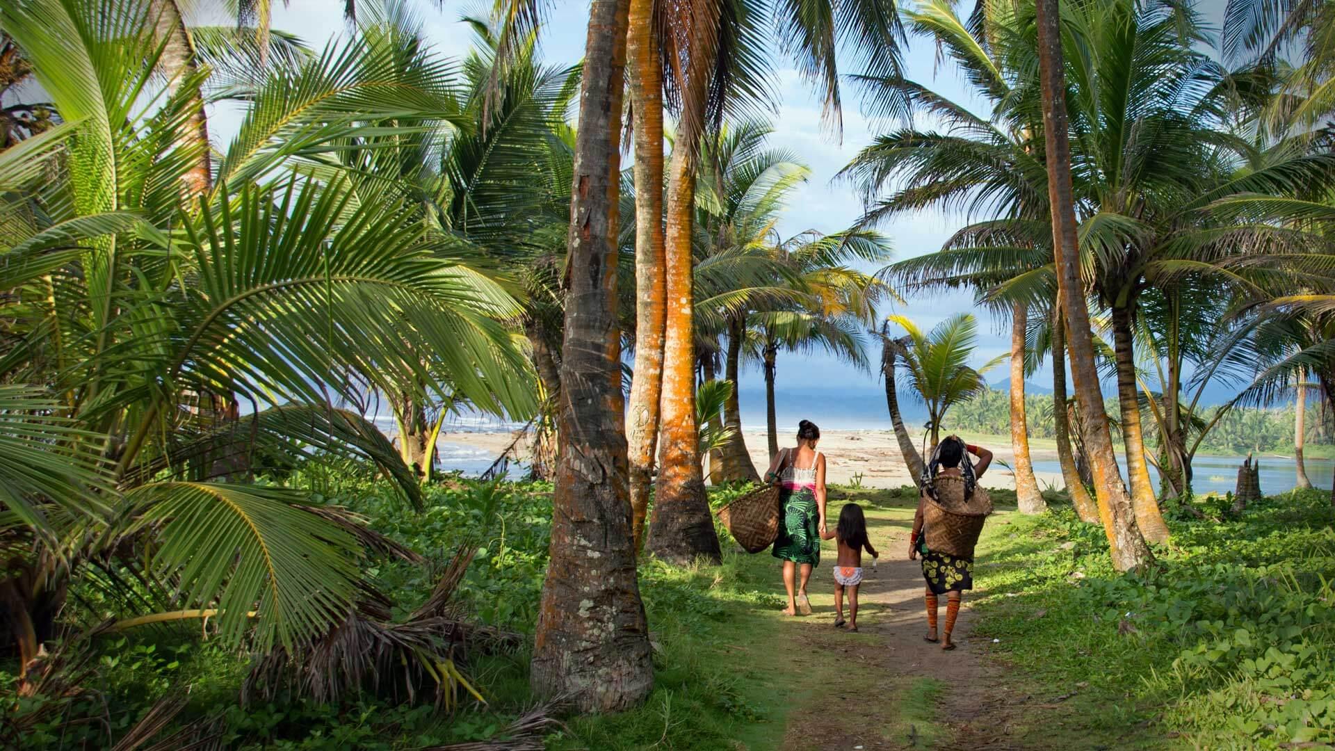 Armila, San Blas - women walking in the shade